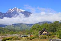 水車と南アルプス・甲斐駒ヶ岳に雲海