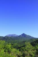 鬼女台より望む新緑の大山と烏ヶ山 11076021491| 写真素材・ストックフォト・画像・イラスト素材|アマナイメージズ
