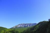鍵掛峠より望む新緑の大山 11076021495| 写真素材・ストックフォト・画像・イラスト素材|アマナイメージズ