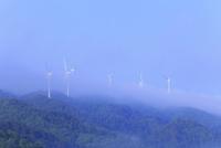 風車と朝霧の山並み