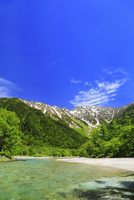緑の上高地 梓川と穂高連峰