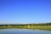 富山平野・散居村と北アルプス・立山連峰 11076021678| 写真素材・ストックフォト・画像・イラスト素材|アマナイメージズ