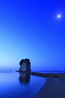 内浦海岸・見附島と夜明けの海に月