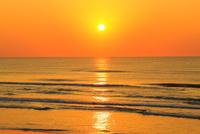 夕日と海  能登半島・千里浜ドライブウェイ 11076022149| 写真素材・ストックフォト・画像・イラスト素材|アマナイメージズ