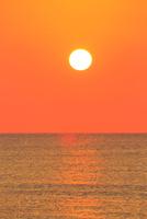 夕日と海  能登半島・千里浜ドライブウェイ 11076022166| 写真素材・ストックフォト・画像・イラスト素材|アマナイメージズ