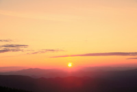 八幡平アスピーテラインの夕日 11076022398| 写真素材・ストックフォト・画像・イラスト素材|アマナイメージズ