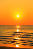 夕日と海 能登半島・千里浜なぎさドライブウェイ 11076022618| 写真素材・ストックフォト・画像・イラスト素材|アマナイメージズ
