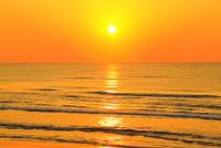 夕日と海 能登半島・千里浜なぎさドライブウェイ 11076022619| 写真素材・ストックフォト・画像・イラスト素材|アマナイメージズ