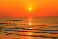 夕日と海 能登半島・千里浜なぎさドライブウェイ 11076022620| 写真素材・ストックフォト・画像・イラスト素材|アマナイメージズ