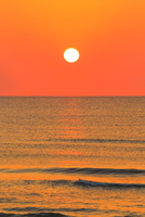 夕日と海 能登半島・千里浜なぎさドライブウェイ 11076022622| 写真素材・ストックフォト・画像・イラスト素材|アマナイメージズ