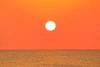 夕日と海 能登半島・千里浜なぎさドライブウェイ 11076022624| 写真素材・ストックフォト・画像・イラスト素材|アマナイメージズ