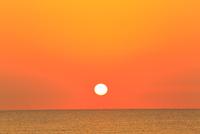 夕日と海 能登半島・千里浜なぎさドライブウェイ 11076022625| 写真素材・ストックフォト・画像・イラスト素材|アマナイメージズ
