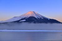 朝霧の山中湖と紅富士