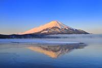 朝霧の山中湖と逆さ紅富士 11076022689| 写真素材・ストックフォト・画像・イラスト素材|アマナイメージズ