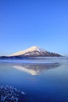 朝霧の山中湖と逆さ富士 11076022699| 写真素材・ストックフォト・画像・イラスト素材|アマナイメージズ
