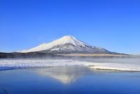 氷結の山中湖に朝霧と逆さ富士
