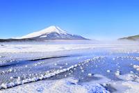 氷結の山中湖と富士山 11076022733| 写真素材・ストックフォト・画像・イラスト素材|アマナイメージズ