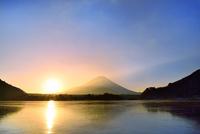 精進湖から元旦の朝日と富士山 11076022754| 写真素材・ストックフォト・画像・イラスト素材|アマナイメージズ