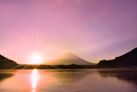 精進湖から元旦の朝日と富士山 11076022756| 写真素材・ストックフォト・画像・イラスト素材|アマナイメージズ
