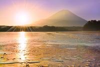 精進湖から元旦の朝日と富士山 11076022759| 写真素材・ストックフォト・画像・イラスト素材|アマナイメージズ
