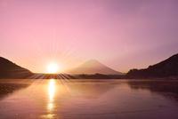 精進湖から元旦の朝日と富士山 11076022799| 写真素材・ストックフォト・画像・イラスト素材|アマナイメージズ
