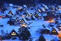 雪薄暮の白川郷合掌造り集落
