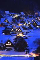 雪薄暮の白川郷合掌造り集落 11076023155| 写真素材・ストックフォト・画像・イラスト素材|アマナイメージズ