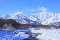 雪の松川と白馬三山