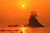 雨晴海岸の女岩と朝日