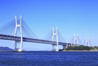 与島から望む瀬戸大橋 11076023687| 写真素材・ストックフォト・画像・イラスト素材|アマナイメージズ