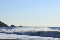 朝の恋路ヶ浜に波