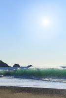 恋路ヶ浜に波と太陽