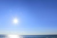 太陽と海 11076024189  写真素材・ストックフォト・画像・イラスト素材 アマナイメージズ