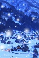 冬の白川郷・降雪夜景 城山展望台より望む合掌集落 11076024298| 写真素材・ストックフォト・画像・イラスト素材|アマナイメージズ