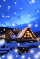 冬の白川郷・ライトアップ夜景と降雪