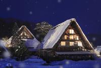 冬の白川郷・ライトアップ夜景と降雪 11076024328| 写真素材・ストックフォト・画像・イラスト素材|アマナイメージズ