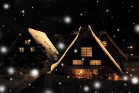 冬の白川郷・ライトアップ夜景と降雪 11076024349| 写真素材・ストックフォト・画像・イラスト素材|アマナイメージズ