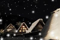 冬の白川郷・ライトアップ夜景と降雪 11076024355| 写真素材・ストックフォト・画像・イラスト素材|アマナイメージズ