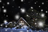 冬の白川郷・ライトアップ夜景と降雪 11076024366| 写真素材・ストックフォト・画像・イラスト素材|アマナイメージズ