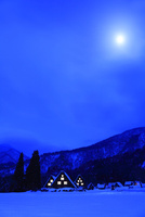冬の白川郷夜景と月 11076024473| 写真素材・ストックフォト・画像・イラスト素材|アマナイメージズ