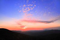 八幡平アスピーテラインからの夕日 11076024632| 写真素材・ストックフォト・画像・イラスト素材|アマナイメージズ