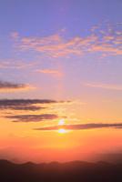 八幡平アスピーテラインからの夕日 11076024637| 写真素材・ストックフォト・画像・イラスト素材|アマナイメージズ