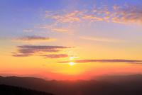 八幡平アスピーテラインからの夕日 11076024638| 写真素材・ストックフォト・画像・イラスト素材|アマナイメージズ