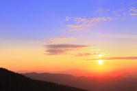 八幡平アスピーテラインからの夕日 11076024641| 写真素材・ストックフォト・画像・イラスト素材|アマナイメージズ