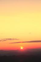 八幡平アスピーテラインからの夕日 11076024643| 写真素材・ストックフォト・画像・イラスト素材|アマナイメージズ