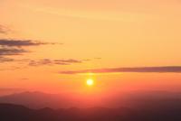 八幡平アスピーテラインからの夕日 11076024645| 写真素材・ストックフォト・画像・イラスト素材|アマナイメージズ