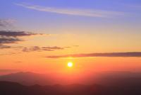 八幡平アスピーテラインからの夕日 11076024646| 写真素材・ストックフォト・画像・イラスト素材|アマナイメージズ
