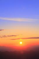 八幡平アスピーテラインからの夕日 11076024648| 写真素材・ストックフォト・画像・イラスト素材|アマナイメージズ