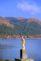 紅葉の田沢湖とたつこ像
