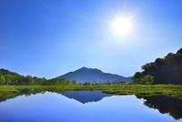 尾瀬ヶ原 池塘に逆さ燧ヶ岳と太陽 11076024836| 写真素材・ストックフォト・画像・イラスト素材|アマナイメージズ